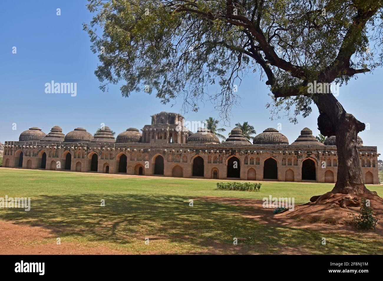 Ruinas antiguas de los establos de elefantes reales en Hampi del siglo 14th reino de Vijayanagara la antigua ciudad de Vijayanagara, Hampi, Karnataka, India Foto de stock