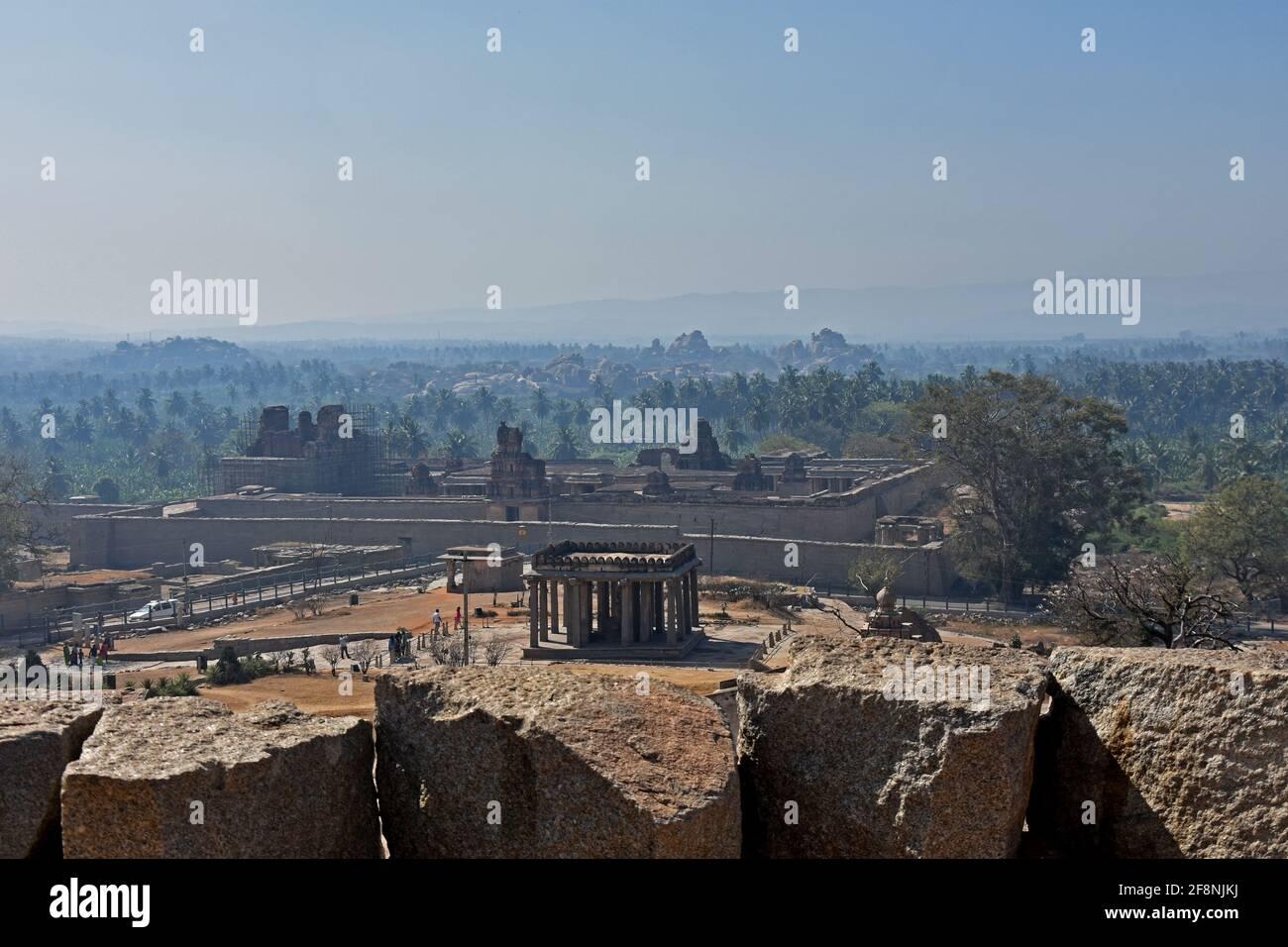 Vista desde arriba estatua de Ganesha, la arquitectura antigua del imperio Vijayanagara del siglo 14th en Hampi es un lugar declarado Patrimonio de la Humanidad por la UNESCO Foto de stock