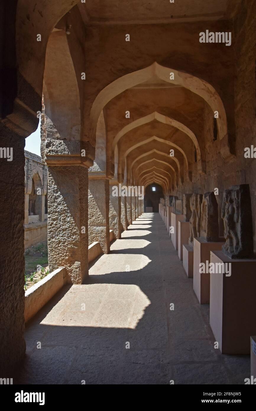 Cerca de la zona de ruinas antiguas de los establos de elefantes reales en Hampi del siglo 14th vijayanagara reino Vijayanagara, Hampi, Karnataka, India Foto de stock