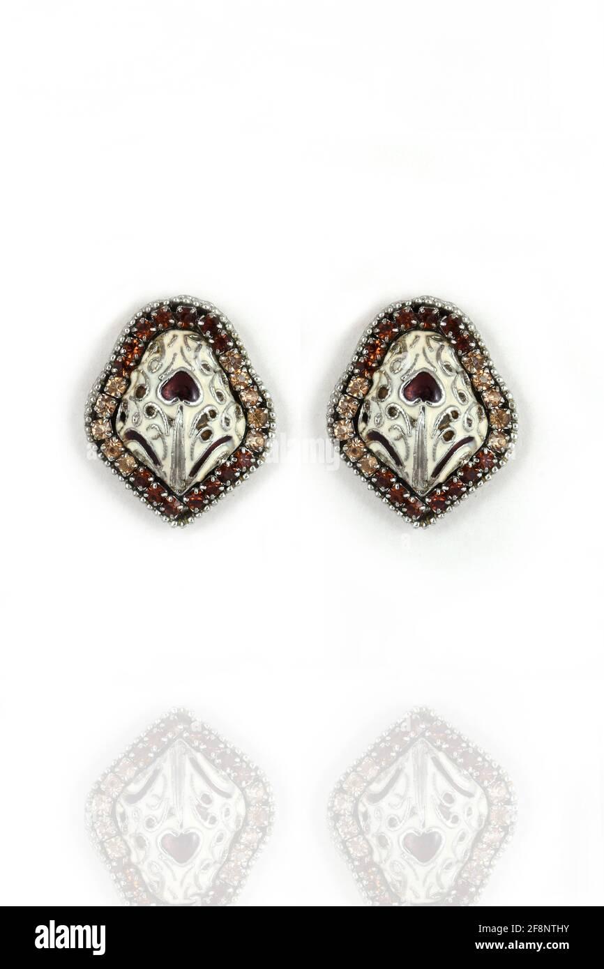 Pendientes de plata con diamante sobre fondo blanco Foto de stock