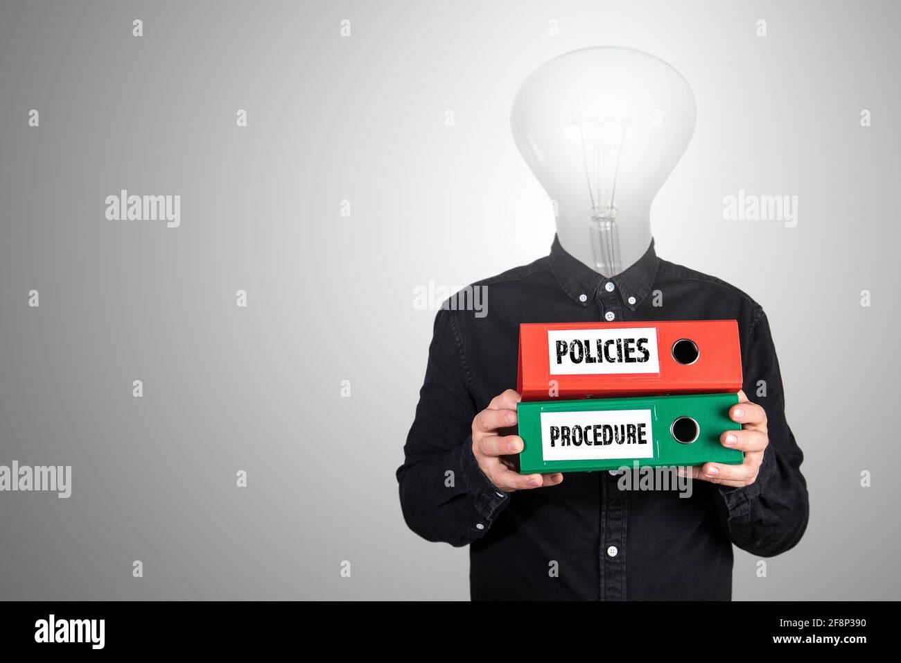 Políticas y procedimientos. Hombre de negocios abstracto con carpetas de documentos en la mano. Foto de stock
