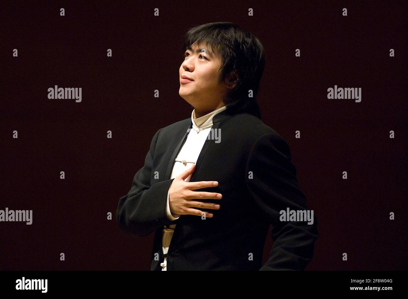 DEU, Deutschland, Ruhrgebiet, Essen, 10.02.2006: Der Pianista Lang Lang nimmt die Ovationen des Publikums entgegen bei seinem Konzert in der Philharmon Foto de stock