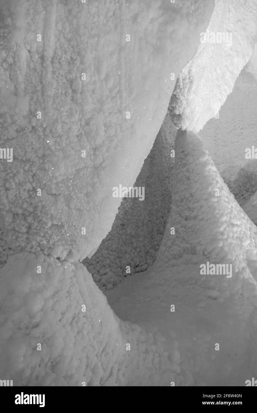 Una fabulosa cueva de hielo artificial, las paredes están cubiertas de nieve e iluminadas. Hielo congelado y frío en el interior Foto de stock