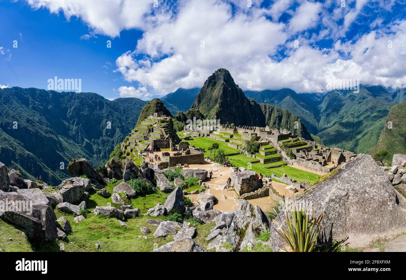 Ciudadela en las montañas, Machu Pichu, Huayna Picchu, Perú Foto de stock
