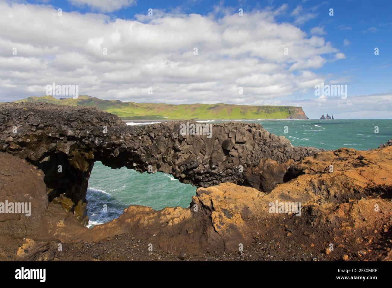 Arco natural, formación de roca de basalto negro erosionada en Cabo Dyrhólaey / Cabo Portland cerca de Vík í Mýrdal, Islandia Foto de stock
