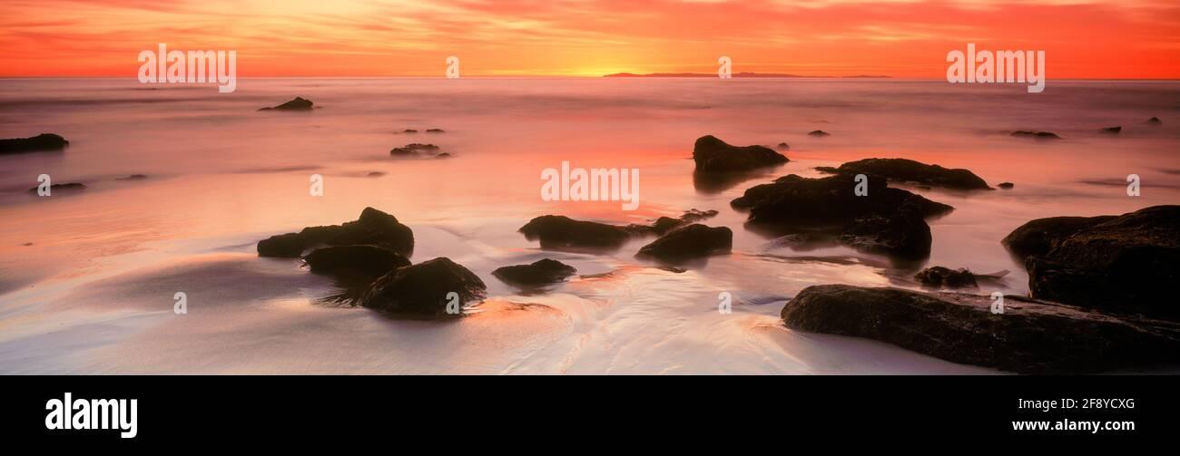 Puesta de sol sobre el mar, Woods Cove, Laguna Beach, California, Estados Unidos Foto de stock