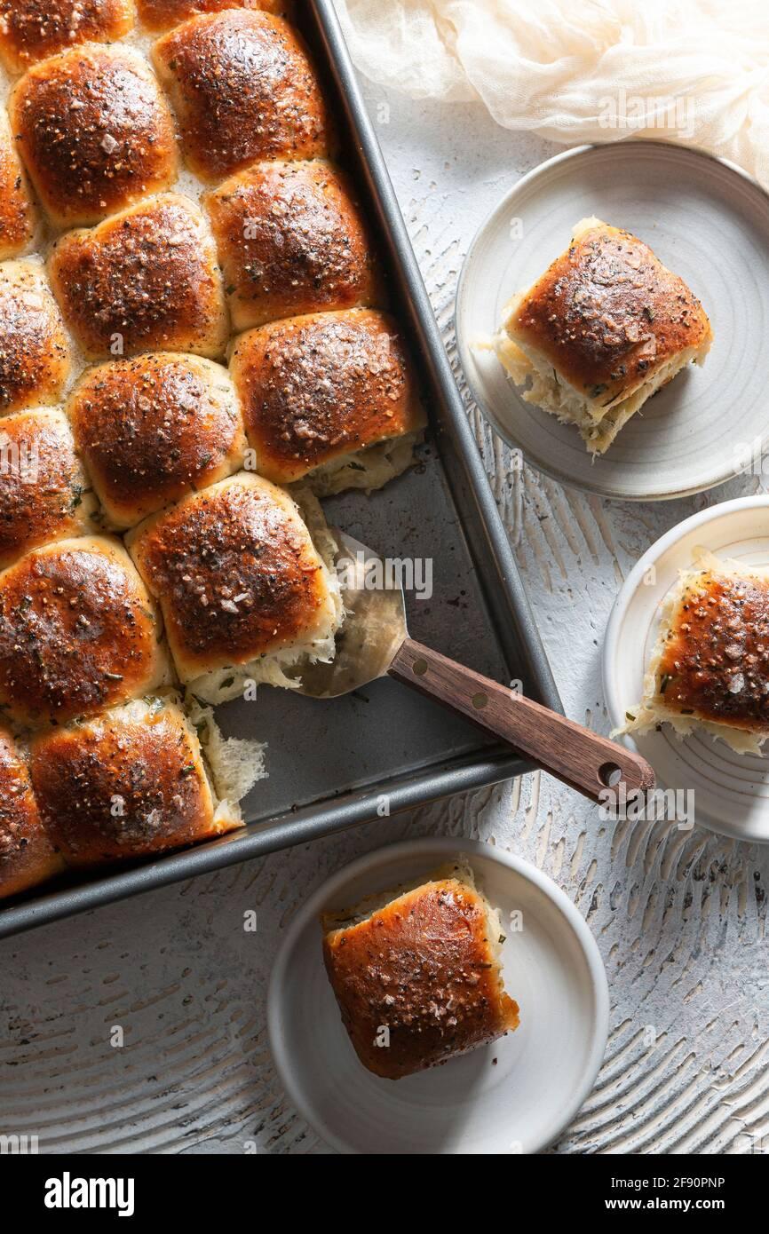 Rollitos de cebolleta con crema de sour Foto de stock