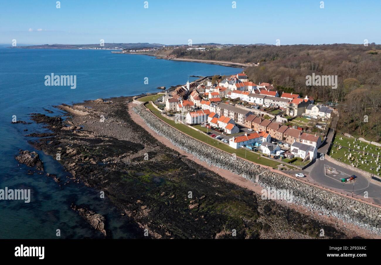Vista aérea de West Wemyss Un pequeño pueblo pesquero en la costa de Fife, Escocia, Reino Unido. Foto de stock