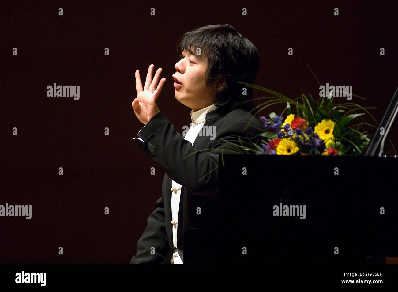 DEU, Deutschland, Ruhrgebiet, Essen, 10.02.2006: Der Pianista Lang Lang kommuniziert mit seinem Publikum bei seinem Konzert in der Philharmonie Essen. Foto de stock