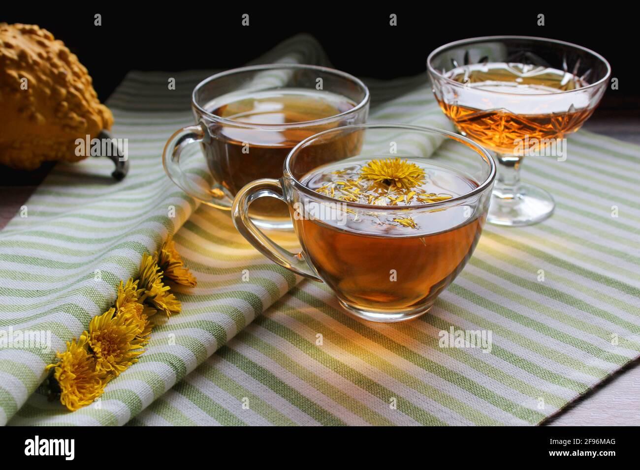 Taza de té de diente de león sano con miel. Bebida vitamínica. Medicina herbaria. Espacio de copia. Foto de stock