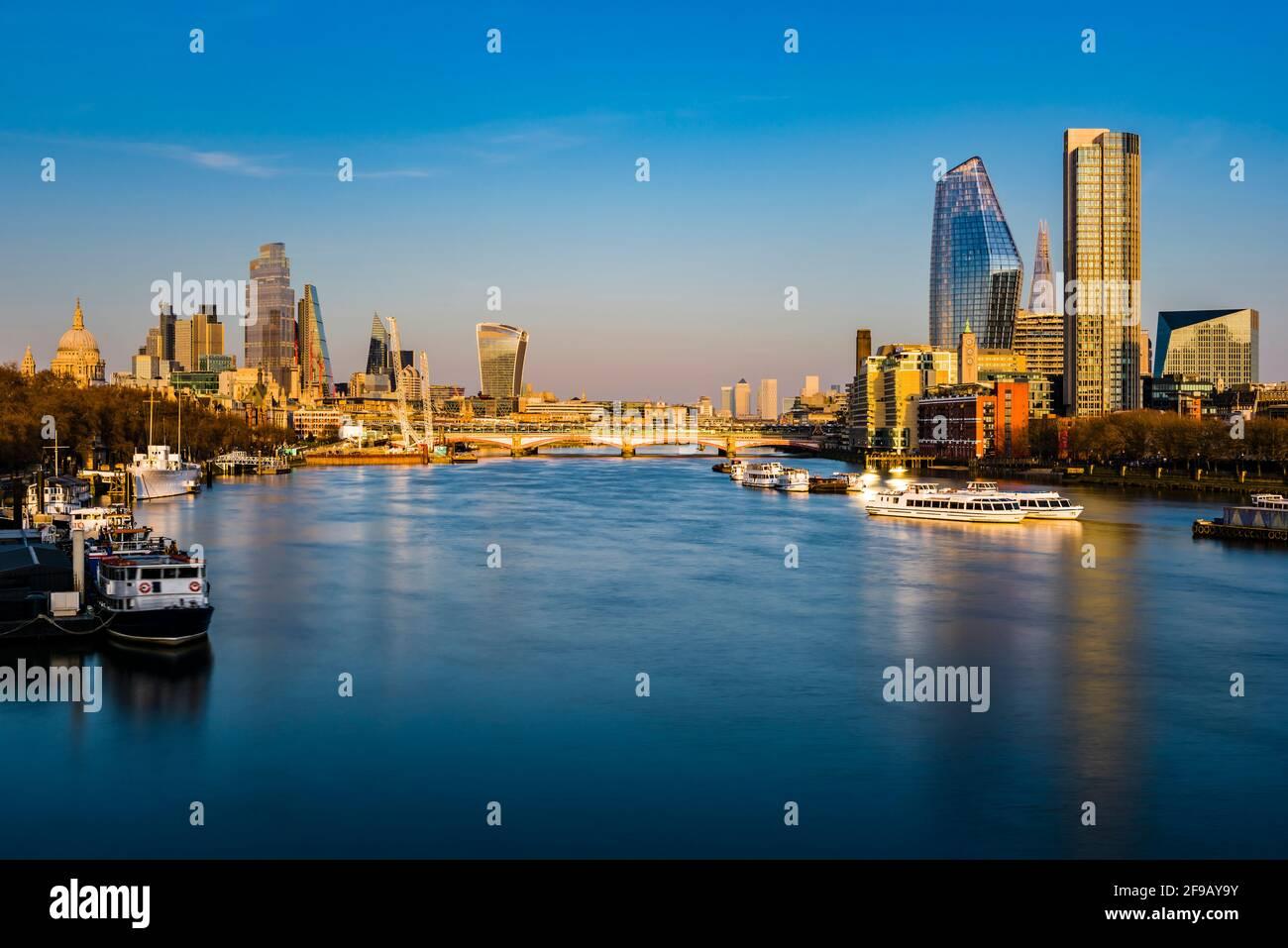 Brillo dorado de la puesta de sol sobre el puente Blackfriars y la ciudad de Londres desde el puente Waterloo, Londres, Reino Unido Foto de stock