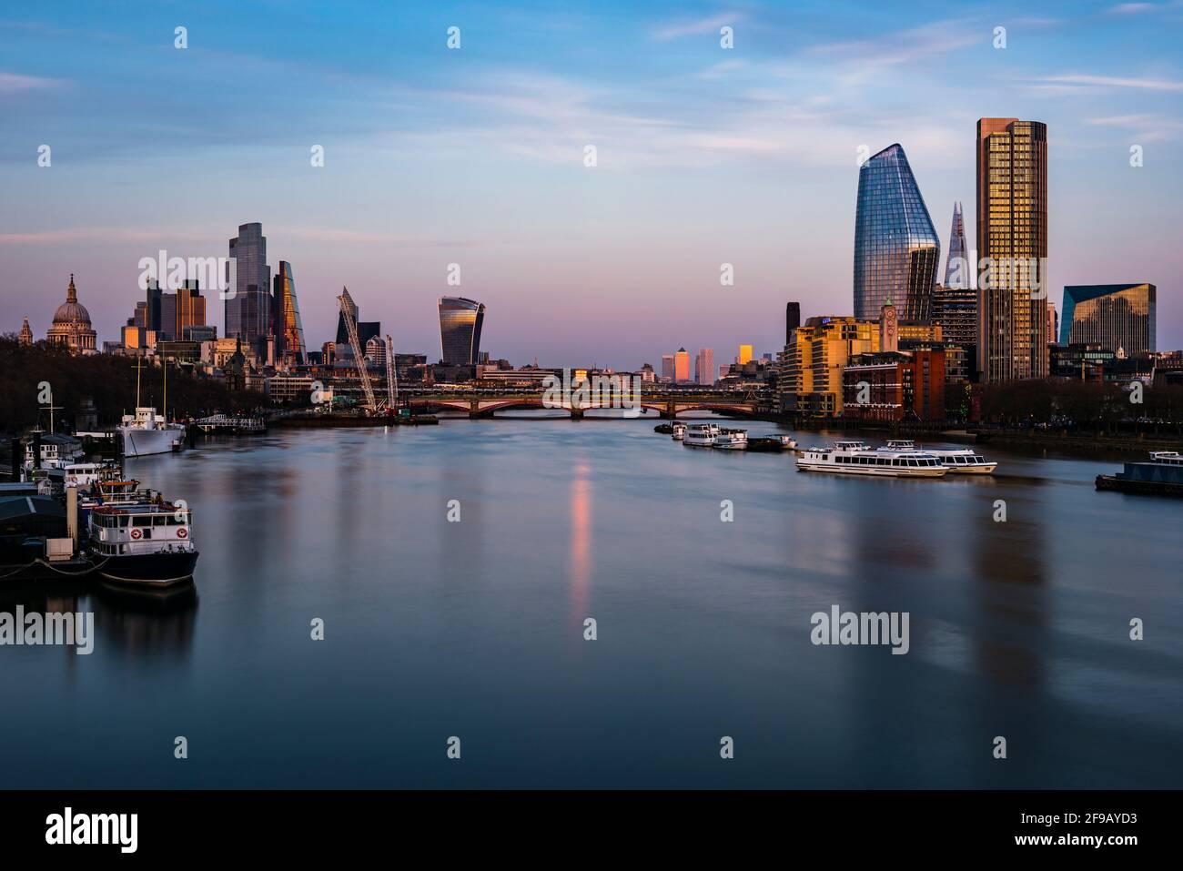 Los últimos embestidos de la puesta de sol sobre los Docklands de Londres y la ciudad de Londres desde Waterloo Bridge, Londres, Reino Unido Foto de stock