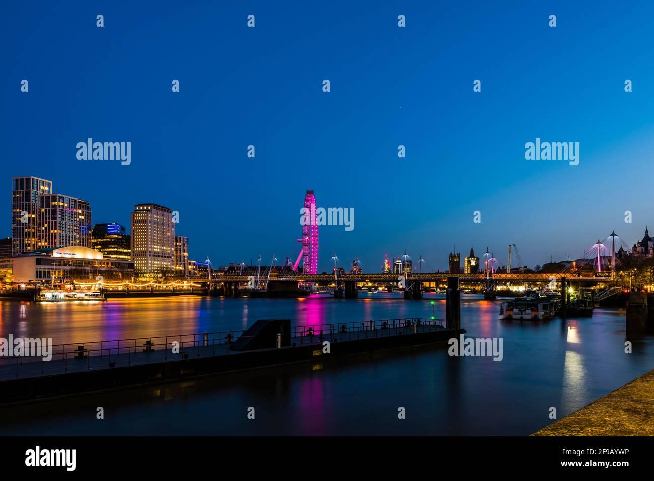 Luces en los puentes Hungerford y Golden Jubilee al atardecer, Londres, Reino Unido Foto de stock