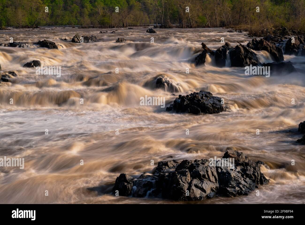 Un teleobjetivo de larga exposición de las aguas del río Potomac que se dirige hacia las Great Falls en McLean Virginia. Foto de stock