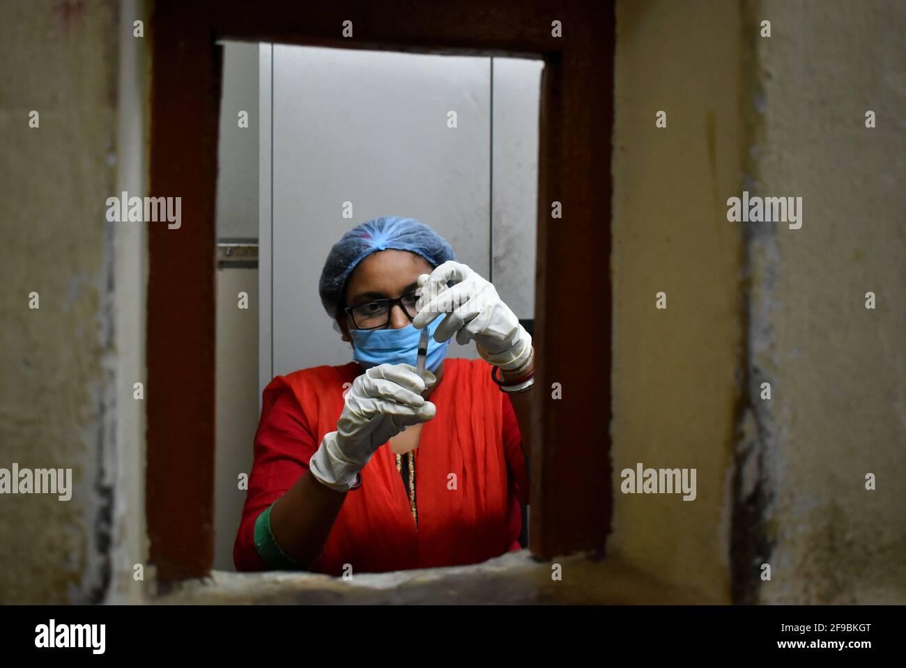 Kolkata, India. 17th de Abr de 2021. Un trabajador de salud prepara una vacuna contra COVAXIN, en un campamento de vacunación en el centro de salud gubernamental del estado de Bengala Occidental en Kolkata. (Foto de Sudipta Das/Pacific Press) Crédito: Pacific Press Media Production Corp./Alamy Live News Foto de stock
