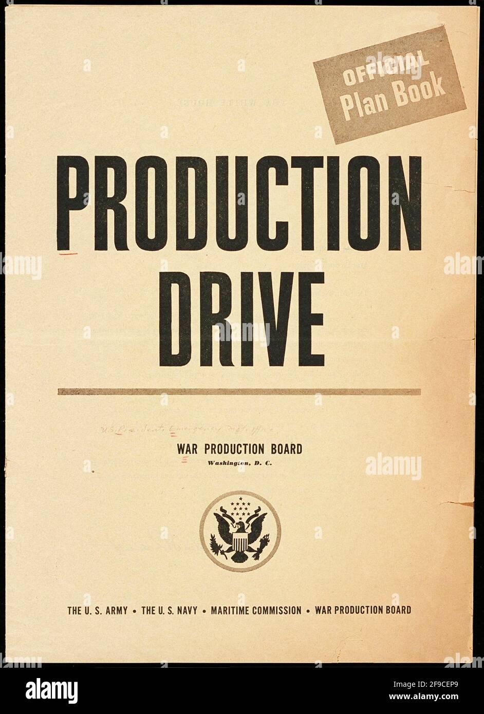 Un folleto del plan oficial americano WW2 sobre el aumento de la producción en El esfuerzo de guerra llamado Production Drive Foto de stock
