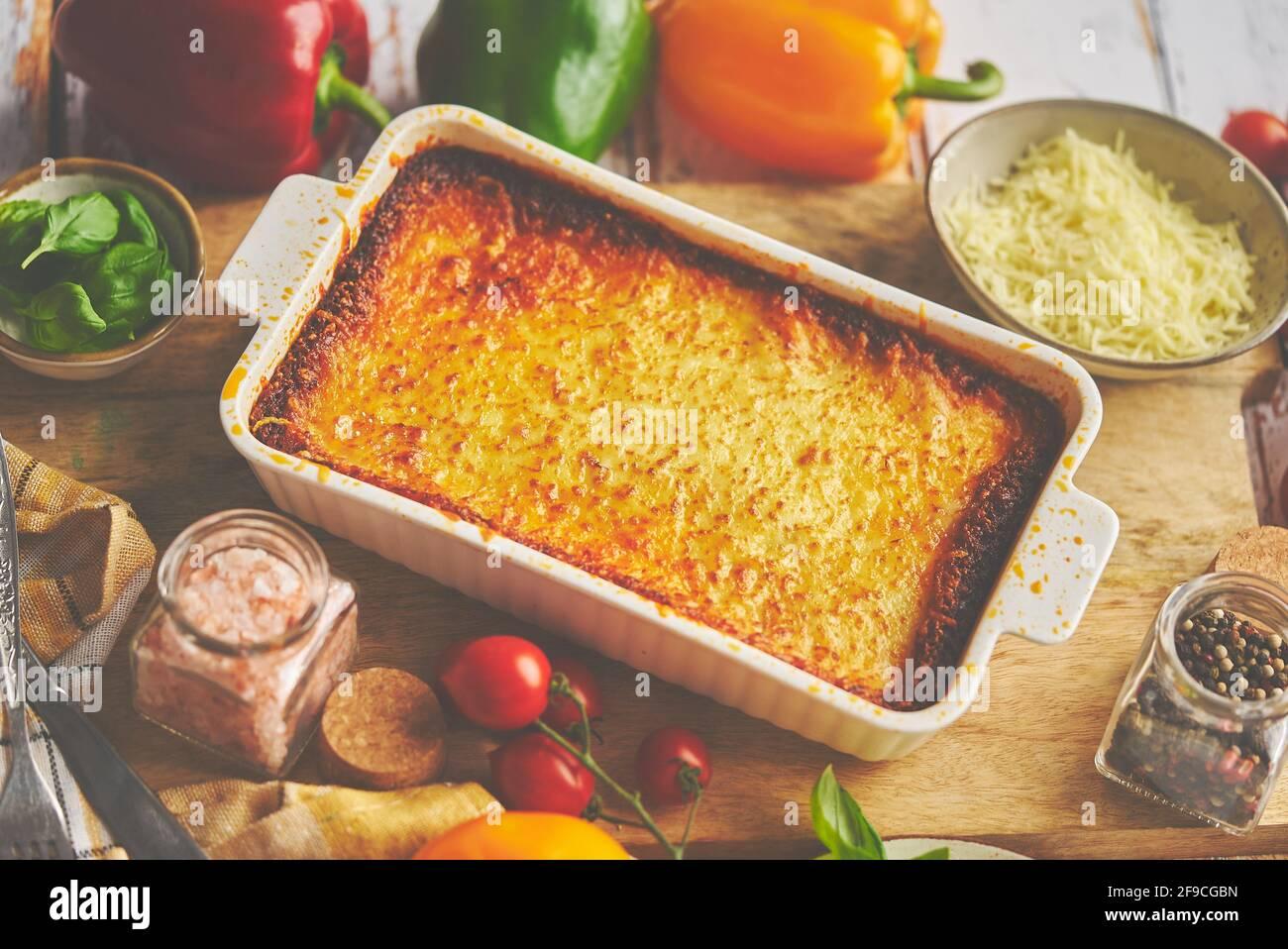 Sabrosa lasaña tradicional italiana con boloñesa, derretida y queso. Servido con ingredientes Foto de stock