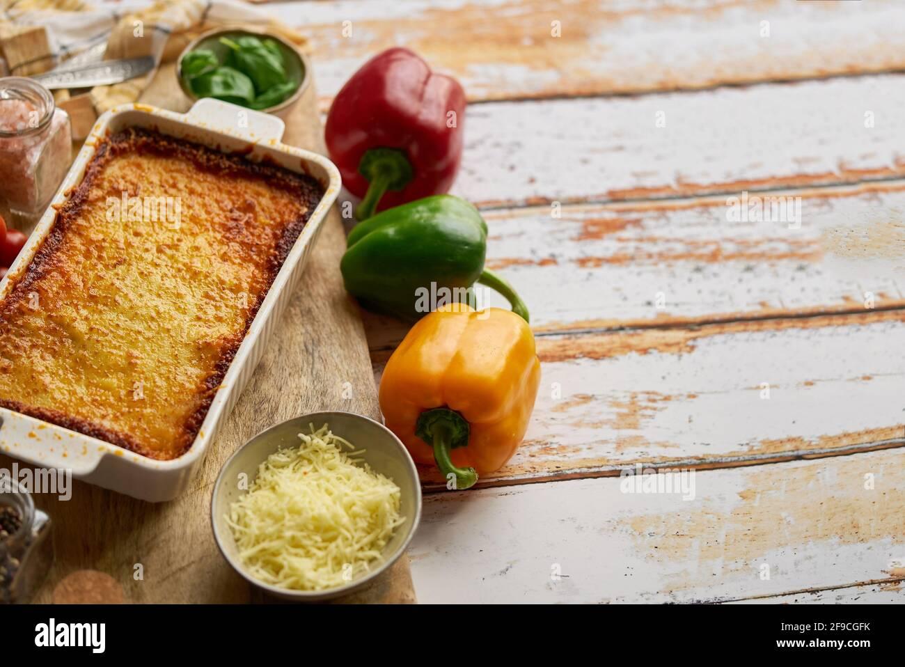 Deliciosa lasaña boloñesa con pimienta, tomate y queso Foto de stock