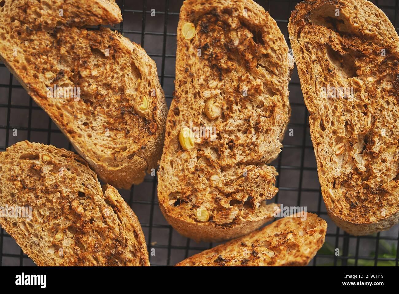 Primer plano de marcor de rodajas de baguette tostadas colocadas en el marco de la parrilla. Vista superior Foto de stock