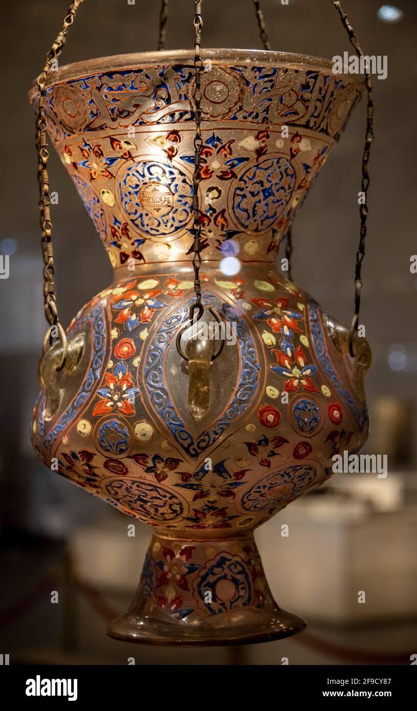 Lámpara de mezquita de cristal Mamluk, Museo de la Civilización Egipcia, El Cairo, Egipto Foto de stock