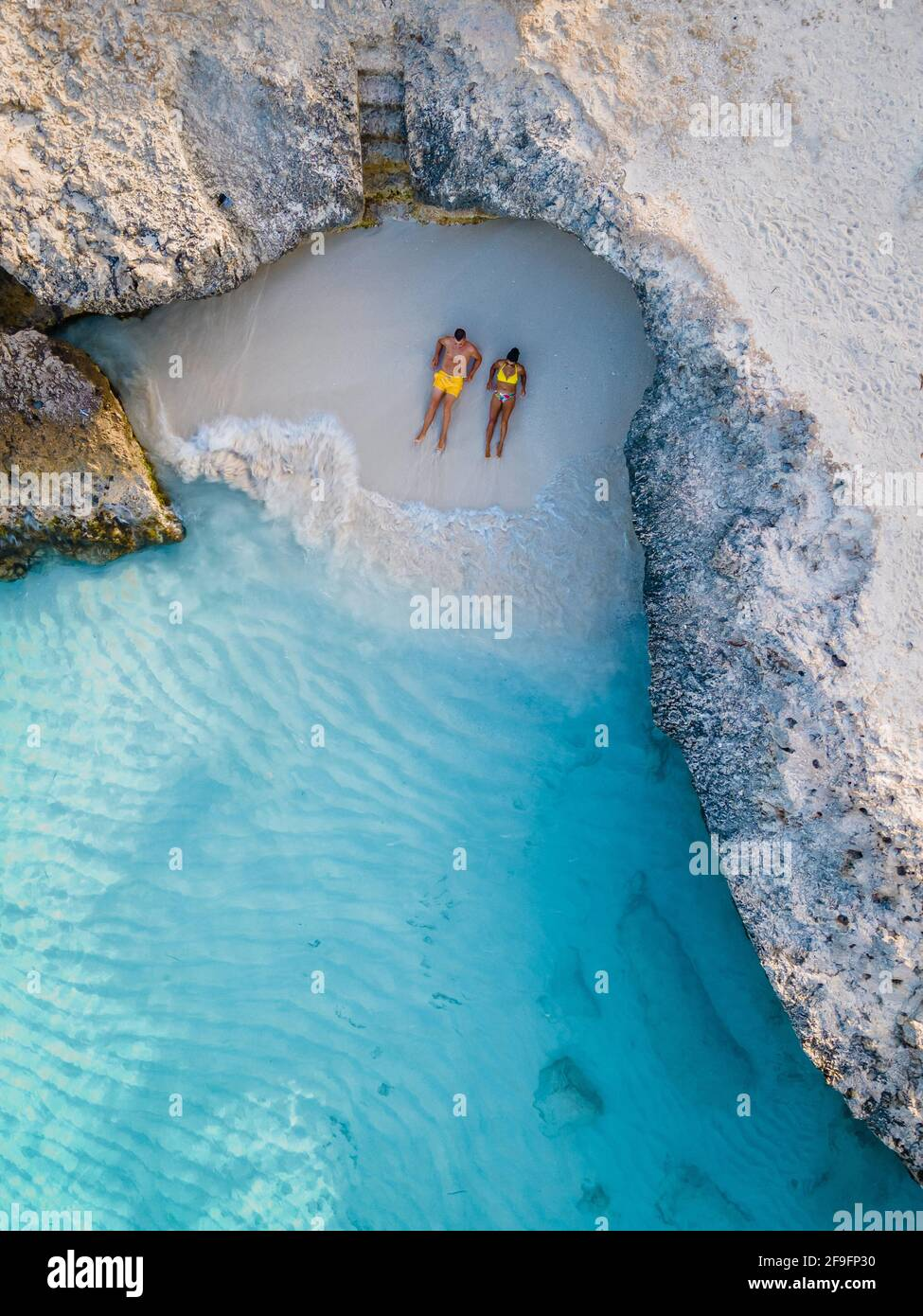 Tres Trapi Steps Triple Steps Beach, Aruba Completamente vacía, Playa popular entre los lugareños y turistas, el océano cristalino Aruba. Caribe, pareja hombre y mujer en un océano cristalino Foto de stock