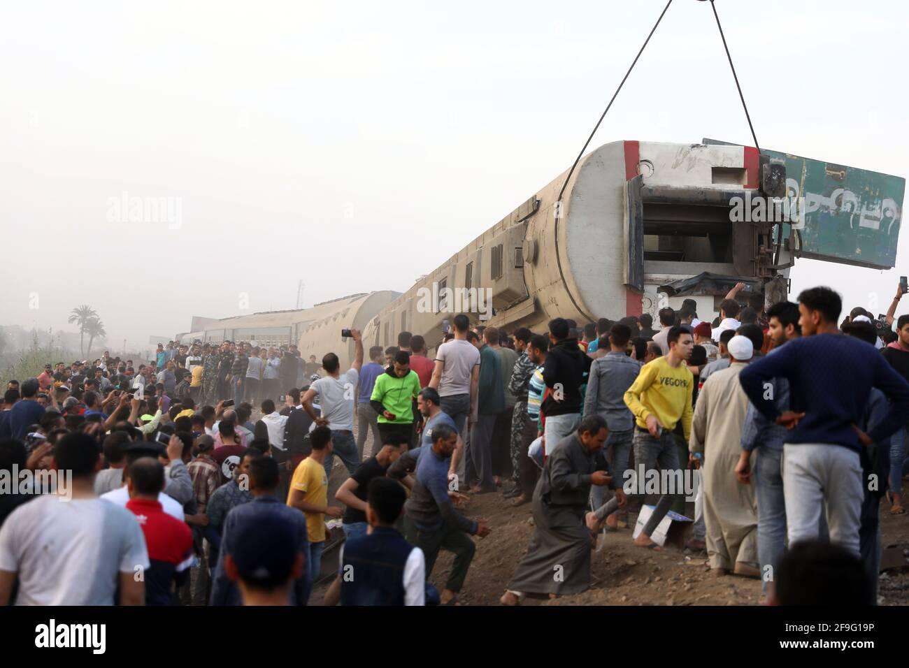 Toukh, Egipto. 18th de Abr de 2021. Los rescatadores trabajan en el sitio de un descarrilamiento de trenes en la ciudad Delta de Toukh, Egipto, el 18 de abril de 2021. Al menos 97 personas resultaron heridas en un descarrilamiento del tren el domingo en la ciudad Delta de Toukh, al norte de la capital egipcia El Cairo, dijo el Ministerio de Salud egipcio. Crédito: Ahmed Gomaa/Xinhua/Alamy Live News Foto de stock