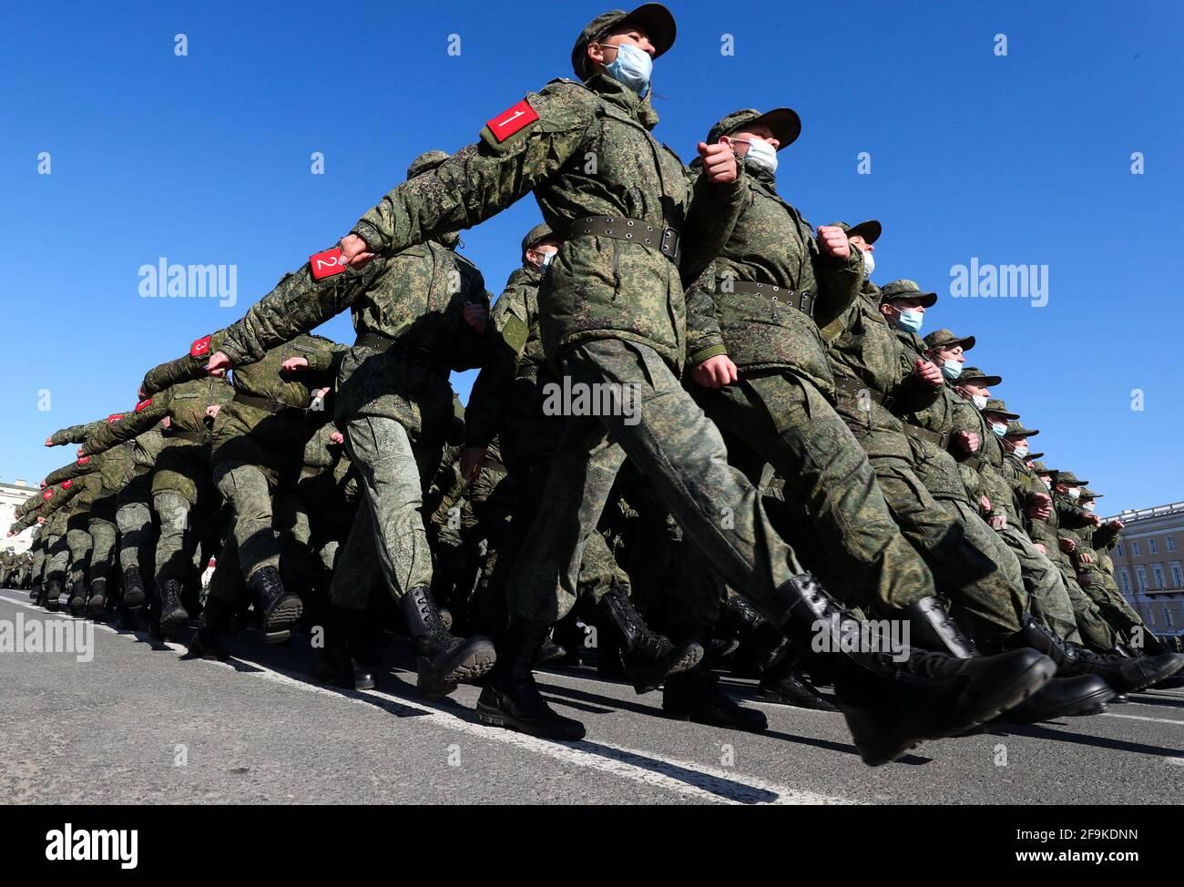 San Petersburgo, Rusia. 19th de Abr de 2021. Los militares marchan en formación durante un ensayo para un desfile militar del Día de la Victoria que conmemora el 76th aniversario de la victoria sobre la Alemania nazi en la Segunda Guerra Mundial, en la Plaza del Palacio. Crédito: Peter Kovalev/TASS/Alamy Live News Foto de stock