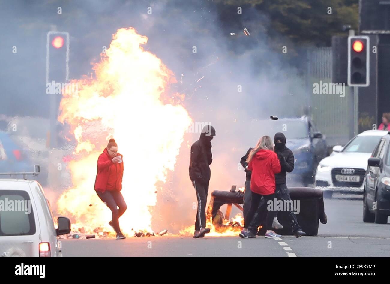 Un incendio en Shankill Road en Belfast durante nuevos disturbios. Fecha de la foto: Lunes 19 de abril de 2021. Foto de stock