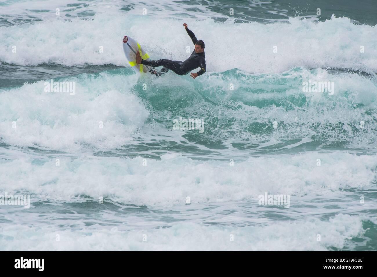 Acción de surf salvaje en Fistral un punto de encuentro para el surf en Newquay en Cornwall. Foto de stock