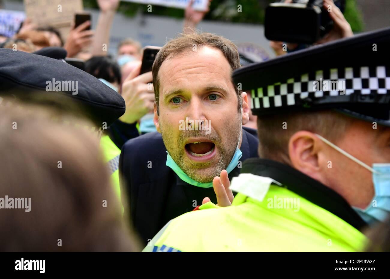 Petr Cech, el asesor técnico y de rendimiento de Chelsea, intenta hablar con los fans mientras se produce una protesta contra la participación de Chelsea en la nueva SuperLiga Europea fuera de Stamford Bridge, Londres. Fecha de la foto: Martes 20 de abril de 2021. Foto de stock