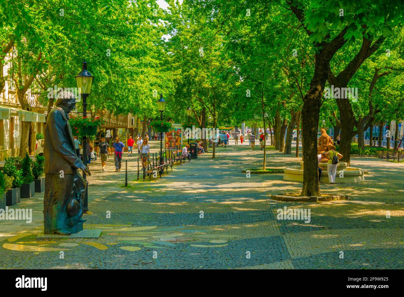 BRATISLAVA, ESLOVAQUIA, 28 DE MAYO de 2016: Estatua de Hans Christian Andersen situada en la plaza hviezdoslav en Bratislava Foto de stock