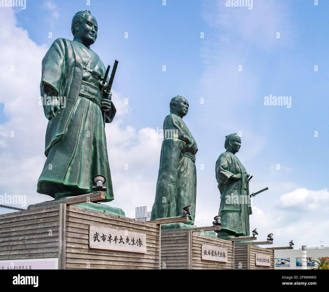29 de marzo de 2019: Ciudad de Kochi, Japón - Estatuas de tres samurai que fueron prominentes en la Restauración Meiji, Sakamoto Ryoma, Takechi Hanpeita, y Nakaoka Foto de stock