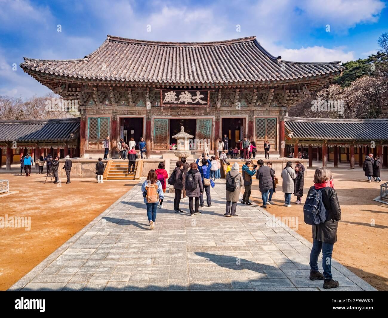 El 31 de marzo de 2019: Gyeong-Ju, Corea del Sur - los visitantes en el templo budista de Bulguksa, Gyeong-Ju, sitio del Patrimonio Mundial de la UNESCO. Foto de stock