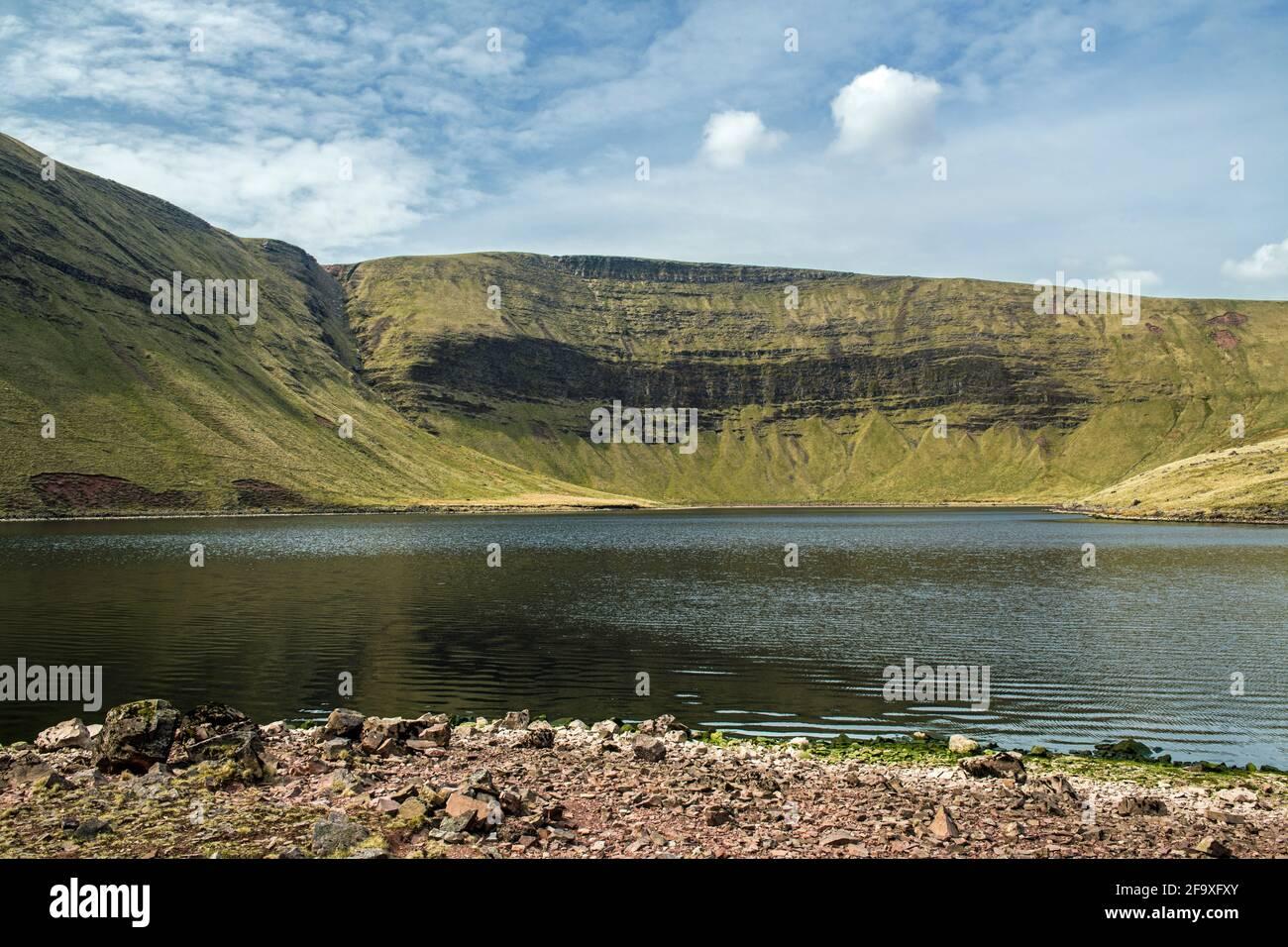 El lago de Llyn y Fach Ventilador en el Negro Montaña alias el Brecon Beacons occidental en Carmarthenshire Suroeste Gales Foto de stock