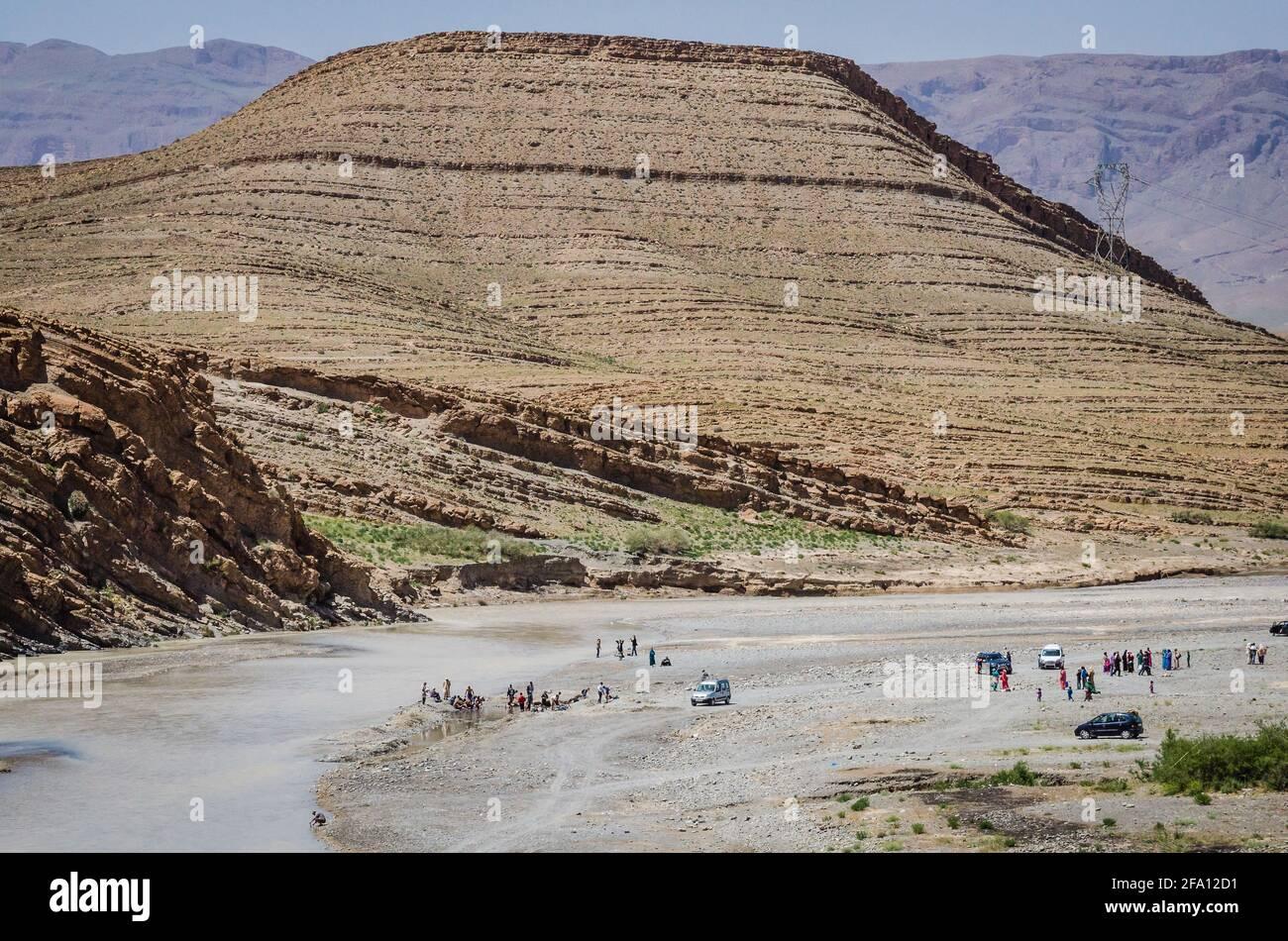 Hammat Moulay Ali Cherif, Marruecos - 11 de abril de 2015. Gente bañándose en el río Ziz Foto de stock
