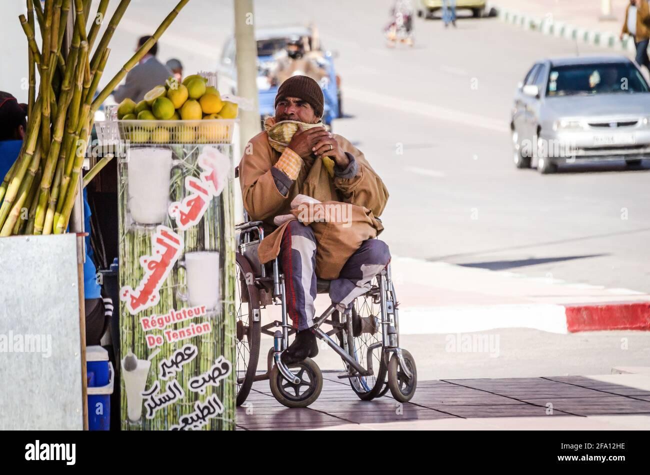 Errachidia, Marruecos - 11 de abril de 2015. Hombre discapacitado sin piernas en silla de ruedas Foto de stock