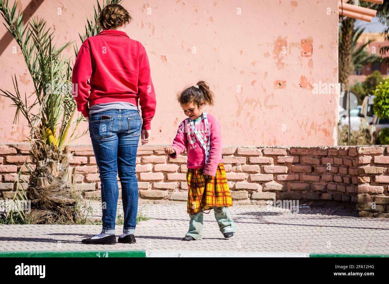 Errachidia, Marruecos - 11 de abril de 2015. Una linda chica marroquí mendigar por dinero en la calle Foto de stock