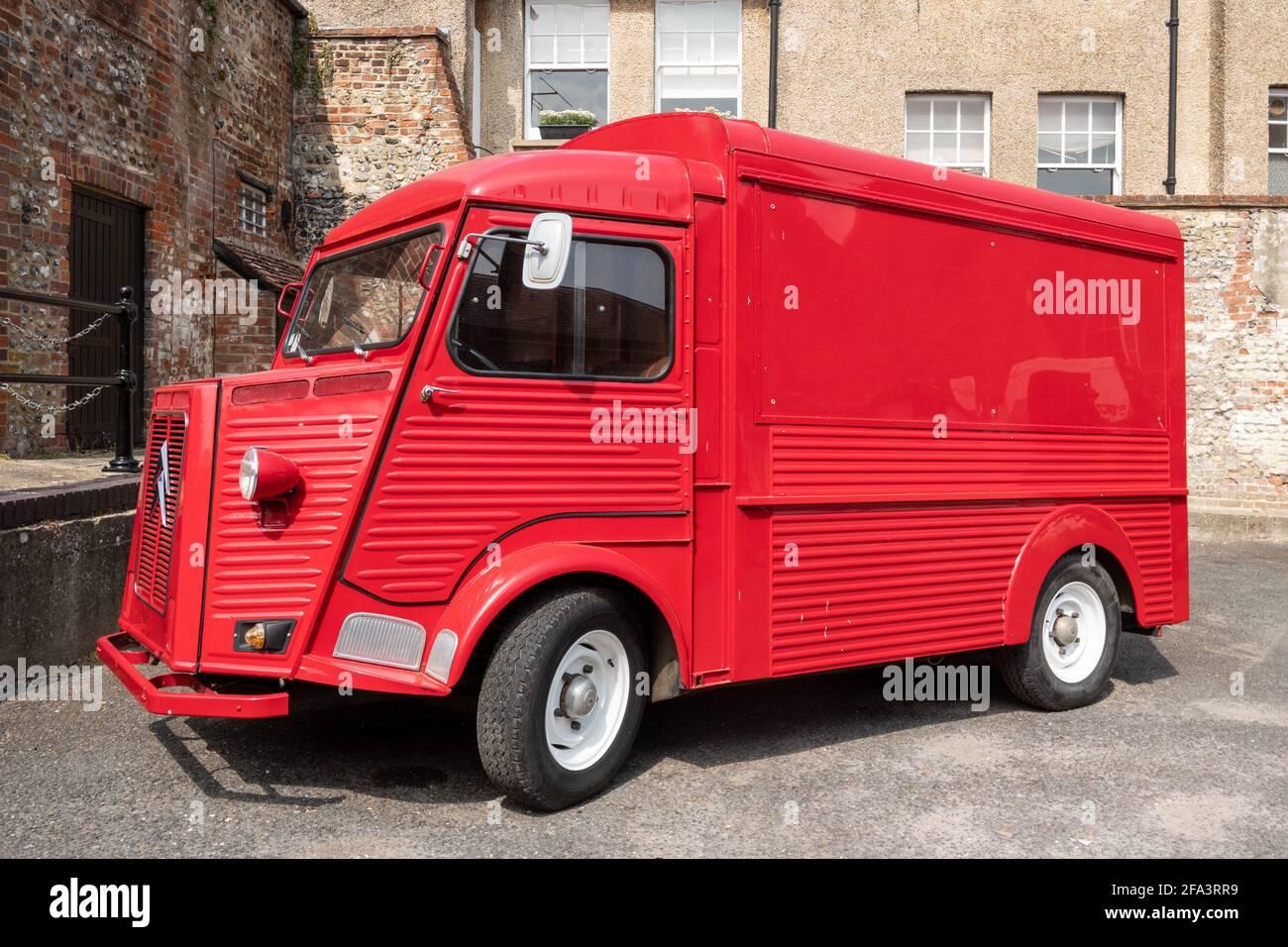 Red Vintage Citroen H van en Arundel, una ciudad comercial en West Sussex, Reino Unido Foto de stock