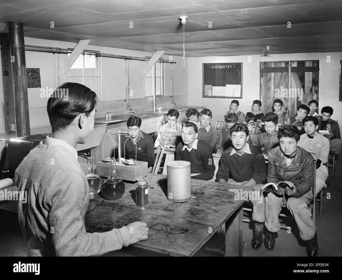 Estudiantes japoneses-americanos sentados en el aula de química, Centro de Relocalización Manzanar, California, EE.UU., Ansel Adams, Colección Manzanar War Relocation Center, 1943 Foto de stock