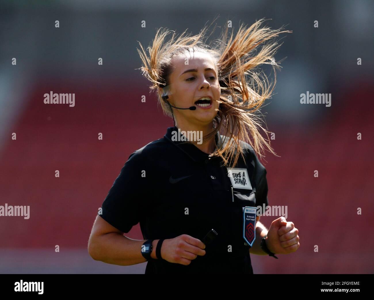 Fútbol Fútbol - Super Liga Femenina - Manchester United v Tottenham Hotspur - Leigh Sports Village, Manchester, Gran Bretaña - 25 de abril de 2021 Referee Cristiana Hattersley Action Images via Reuters/Lee Smith Foto de stock