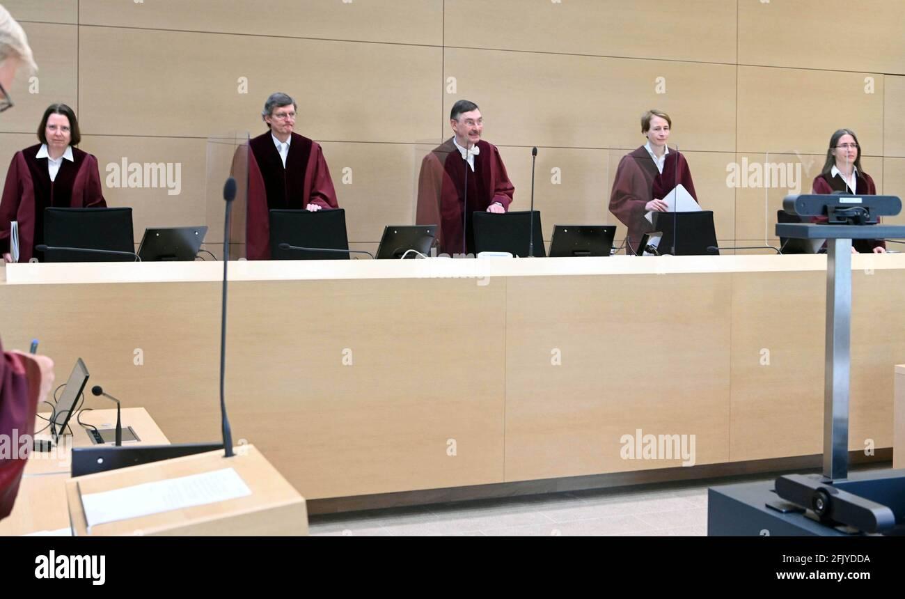 Karlsruhe, Alemania. 27th de Abr de 2021. El Undécimo Senado Civil de la Corte Federal de Justicia (BGH), junto con los Jueces Eva-Maria Derstadt (l-r), Christian Grüneberg, Jürgen Ellenberger (presidente), Eva Menges y Julia Ettl, abre la audiencia para examinar cláusulas sobre enmiendas a los Términos y Condiciones Generales de los Bancos (AGB). La Asociación Federal de Centros de Consumidores ha demandado a Postbank. Considera ilegal que los bancos informen a sus clientes de cambios inminentes en el GTC y presumir su consentimiento si no hay reacción. El consentimiento tácito también se llama esto. Crédito: Uli Deck/dpa/Alamy Live News Foto de stock