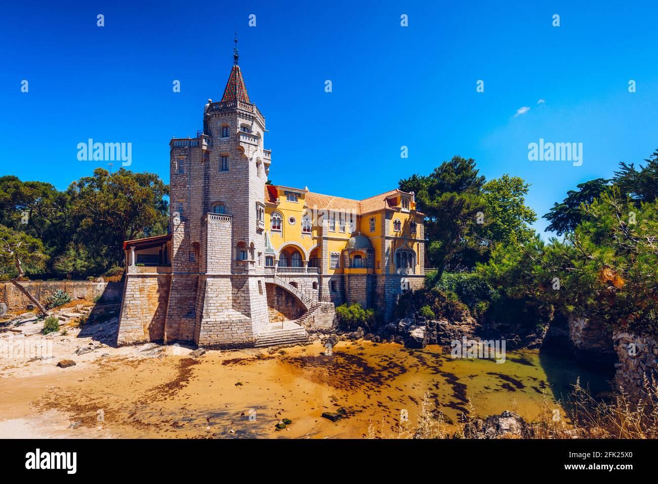 Museu Condes de Castro Guimaraes en Cascais, Lisboa, Portugal. Construcción del museo Conde Castro Guimaraes en los bonitos jardines de Jardim Marechal Foto de stock