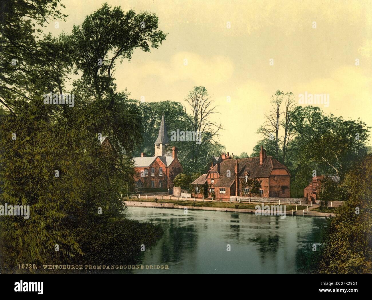Whitchurch y el río Támesis en Berkshire desde donde se ve El puente de WhitchCh alrededor de 1890-1900 Foto de stock