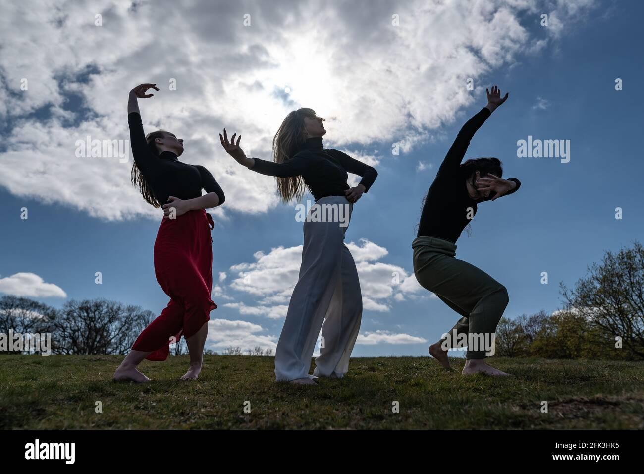 Londres, Reino Unido. 28th de abril de 2021. Día Internacional de la Danza: Bailarines de Ranbu actuación colectiva en Hampstead Heath antes del Día Internacional de la Danza el 29th de abril (L-R Belinda Roy, Sophie Chinner, Coralie Calfond). El recién formado colectivo de danza con sede en Londres y Japón tiene como objetivo crear una plataforma para que los bailarines contemporáneos colaboren, interpretes y compartan ideas con otros artistas. Celebrado por primera vez en 1982, el Día Internacional de la Danza se celebra cada año desde el nacimiento de Jean-Georges Noverre (1727-1810), creador del ballet moderno. Crédito: Guy Corbishley/Alamy Live News Foto de stock