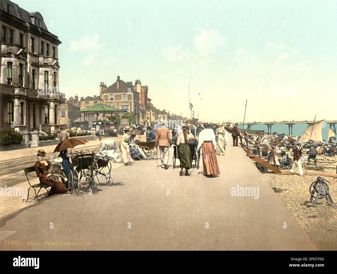 El paseo marítimo en Deal en Kent alrededor de 1890-1900 Foto de stock