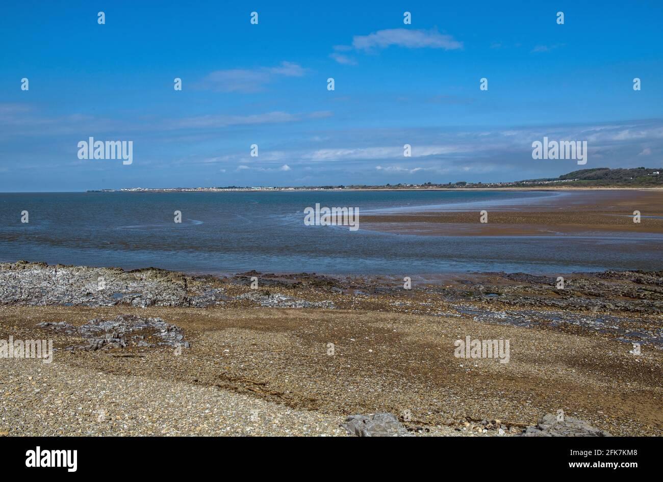 El estuario del río Ogmore, o Afon ogwr, donde se vacía y se llena del canal de Bristol en Ogmore por el mar de Gales del Sur Foto de stock