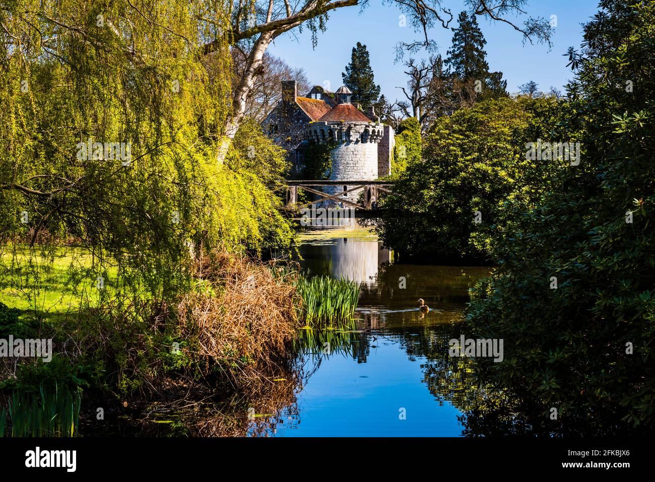 Reflexiones en el lago en Scotney Castle en Kent, Reino Unido Foto de stock