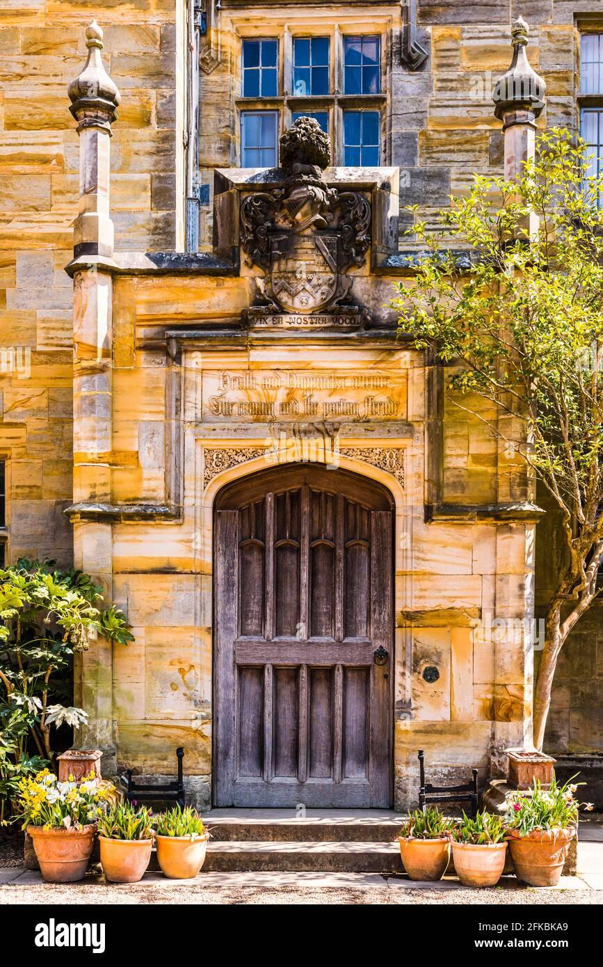 Cerca de una antigua puerta de entrada en el Castillo Scotney en Kent, Reino Unido Foto de stock