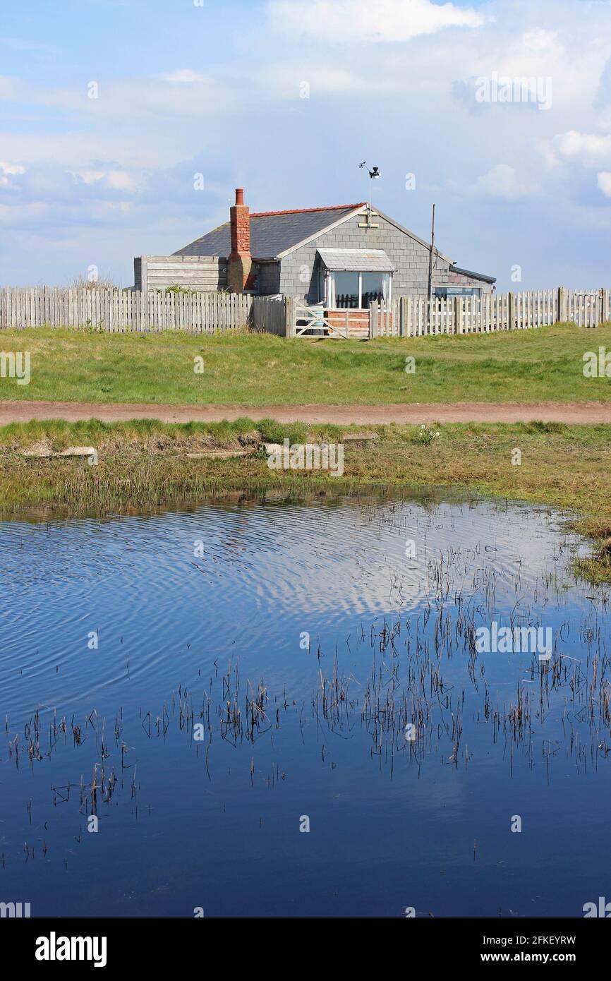 Hilbre Bird Observatory and Pond, Isla Hilbre, Estuario Dee, The Wirral, Reino Unido Foto de stock