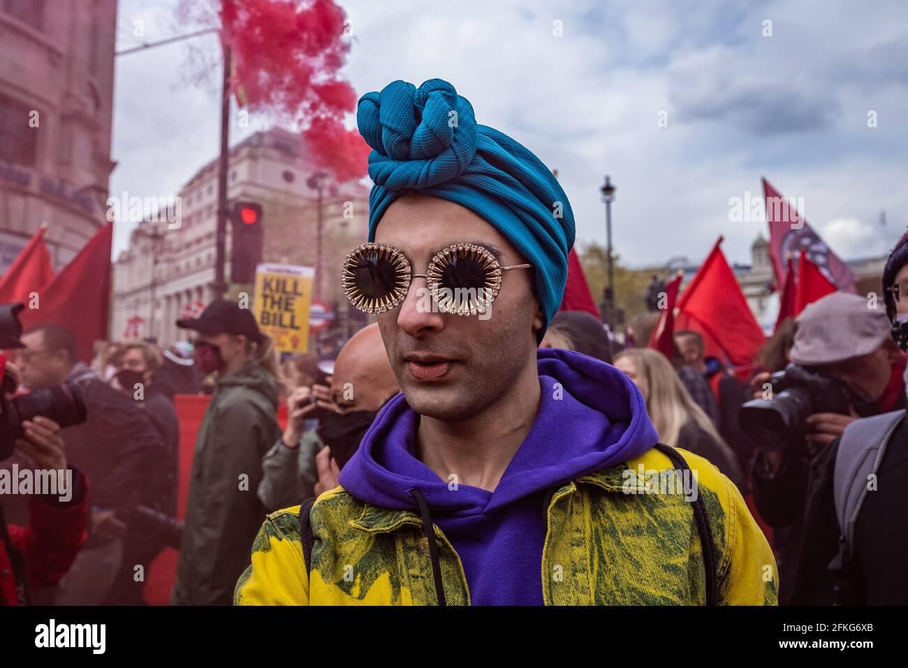 Londres, Reino Unido. 1st de mayo de 2021. Matar la protesta de la ley. Miles de personas se reúnen en Trafalgar Square listos para marchar contra un proyecto de ley de policía, crimen, sentencia y tribunales recientemente propuesto el día de mayo (o Día del Trabajo). Numerosos movimientos sociales se han unido para protestar contra el proyecto de ley, que, según dicen, pondría restricciones significativas a la libertad de expresión y reunión, al otorgar poderes policiales para frenar las protestas, entre otras medidas. Crédito: Guy Corbishley/Alamy Live News Foto de stock
